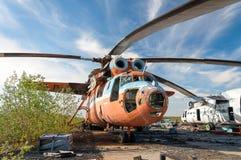 Abandonné et hélicoptère du Soviétique Mi-6 Photographie stock