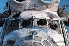 Abandonné et hélicoptère du Soviétique Mi-6 Photographie stock libre de droits