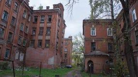 Abandonné et se délabrant à la maison dans Tver Photos stock