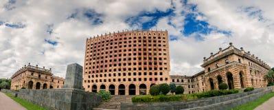 A abandonné le bâtiment d'après-guerre de gouvernement à Soukhoumi Images stock