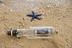 Abandonné pêchant l'ampoule sur la plage en Indonésie Photographie stock libre de droits