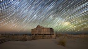 Abandonné pêchant la cabane sous des traînées d'étoile Photo libre de droits