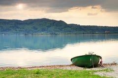 Abandonné pêchant le bateau de palette sur la banque Lac alps de matin Photo stock