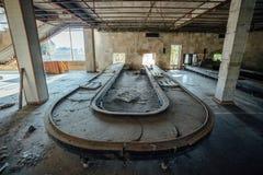 Abandonné ruiné par le terminal d'aéroport international de guerre dans Sukhum, Abkhazie Photographie stock libre de droits