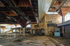 Abandonné ruiné par le terminal d'aéroport international de guerre dans Sukhum, Abkhazie Images stock