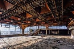 Abandonné ruiné par le terminal d'aéroport international de guerre dans Sukhum, Abkhazie Image libre de droits