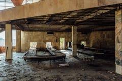 Abandonné ruiné par le terminal d'aéroport international de guerre dans Sukhum, Abkhazie Images libres de droits
