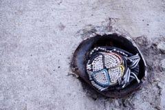 Abandonné sous le câble de masse sur la rue Images libres de droits