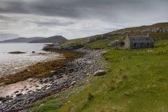 Abandonned stuga på islen av Barra Arkivbild