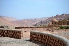 Abandonnez aux montagnes flamboyantes par Turpan, le Xinjiang, Chine images stock