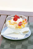 Abandonnez avec du crème-fromage et des fruits sur la table en bois Images stock