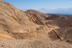 Abandonnez la baie de montagnes de roches et de Mer Rouge d'Eilat Image libre de droits