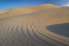 Abandonnez la dune de sable avec des ondulations dans le sable Photographie stock