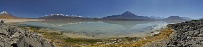 Abandonnez la réflexion vibrante aliénée de lac des montagnes à l'altiplano, Bolivie Photos libres de droits