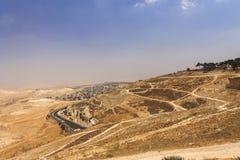 Abandonnez la région de la Cisjordanie et les villes et les villages palestiniens derrière le mur de séparation de la Cisjordanie Image libre de droits