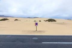 Abandonnez la route à Fuerteventura avec le connexion interdit par stationnement Images stock