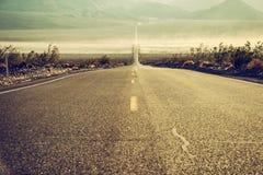 Abandonnez la route dans Death Valley, la Californie, Etats-Unis Photographie stock