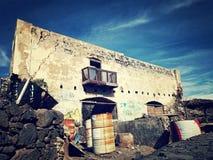 Abandonnez la ruine sur une île subtropicale volcanique photo libre de droits