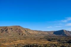 Abandonnez la vallée dans le paysage de montagne, fond de ciel bleu d'espace libre Images libres de droits