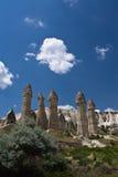 Abandonnez la vallée rocheuse d'amour de grès avec les troglodytes énormes en ciel bleu Images libres de droits