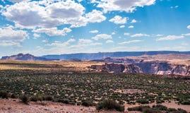 Abandonnez la vallée rocheuse dans la courbure en fer à cheval de l'Arizona et de canyon Point de repère de l'Arizona Image libre de droits
