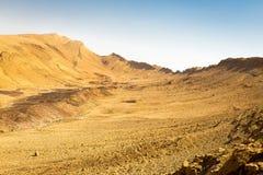 Abandonnez la vue de paysage de falaises d'arête de montagne de cratère, nature de l'Israël Photo stock