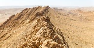 Abandonnez la vue de paysage de falaises d'arête de montagne de cratère, nature de l'Israël Photographie stock