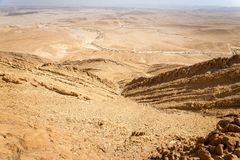 Abandonnez la vue de paysage de falaises d'arête de montagne de cratère, nature de l'Israël Photo libre de droits