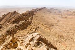 Abandonnez la vue de paysage de falaises d'arête de montagne de cratère, nature de l'Israël Images libres de droits