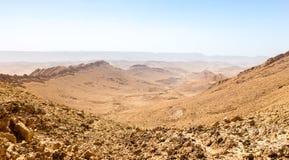 Abandonnez la vue de paysage de falaises d'arête de montagne de cratère, nature de l'Israël Photos libres de droits
