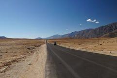 Abandonnez la vue scénique de la route d'enroulement de haute montagne et des agains de voitures Images libres de droits