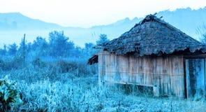 Abandonnez le cottage sur le champ de ferme d'abandon avec un filtre plus frais Photo libre de droits