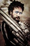 Abandonnez le guerrier avec la grande arme à feu utilisant une armure de latex Images libres de droits