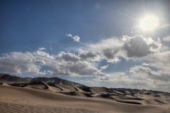 Abandonnez le paysage avec le ciel bleu et les nuages blancs à l'arrière-plan, province de Gansu, Chine Photo stock