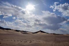 Abandonnez le paysage avec le ciel bleu et les nuages blancs à l'arrière-plan, province de Gansu, Chine Photo libre de droits