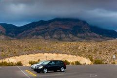 Abandonnez le paysage avec des voitures au parking le jour obscurci en Ne Photos libres de droits