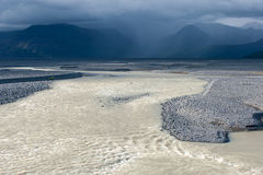 Abandonnez le paysage avec la rivière, le glacier et le ciel orageux, Islande Image libre de droits