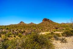 Abandonnez le paysage et les montagnes rocailleuses dans la réserve forestière de Tonto en Arizona, Etats-Unis Image stock
