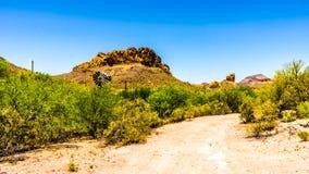Abandonnez le paysage et les montagnes rocailleuses dans la réserve forestière de Tonto en Arizona, Etats-Unis Images libres de droits