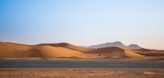 Abandonnez, les dunes de sable et la route le soir Photos stock