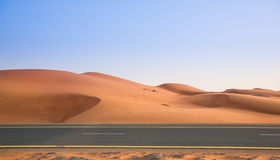 Abandonnez, les dunes de sable et la route le soir Image stock