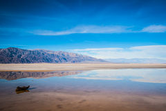 Abandonnez les montagnes dans la distance Photos libres de droits