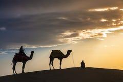 Abandonnez les promenades locales avec le chameau par le désert de Thar Photographie stock