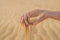Abandonnez, poncez les souffles par les doigts de la main d'un homme Photos libres de droits