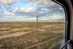 Abandonnez semi par la fenêtre de train, Karakalpakstan Image stock