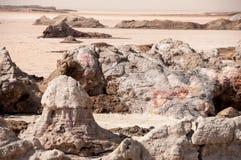 Abandonnez sur le territoire de l'Ethiopie, les espaces énormes du sable et des roches roses, formes superficielles par les agent Images stock