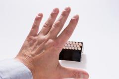 Abandono de concepto que fuma La mano masculina está rechazando oferta del cigarrillo Foto de archivo