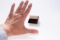 Abandono de concepto que fuma La mano masculina está rechazando oferta del cigarrillo Imagen de archivo libre de regalías