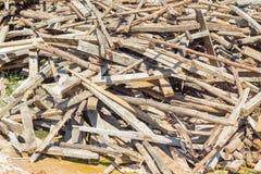 Abandono de madera inútil de la pila en la tierra Fotografía de archivo libre de regalías