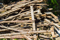 Abandono de madera inútil de la pila en la tierra Imagen de archivo